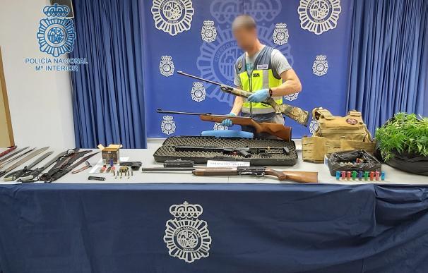 Material intervenido a los siete miembros de un clan familiar que han sido detenidos por su presunta implicación en varios tiroteos en Torreblanca.