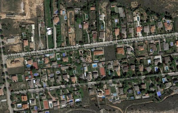 Vista aérea de una urbanización con piscina.