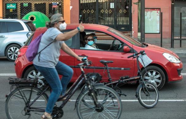 Bicicletas y coches en el núcleo urbano de Madrid
