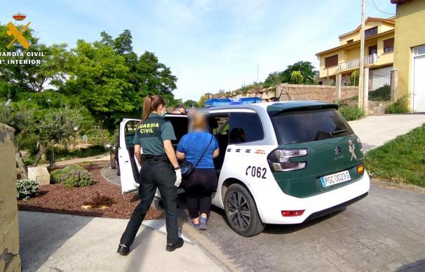 La Guardia Civil, en su campaña de inspecciones sobre las explotaciones agrícolas, ha detenido a tres personas, dos en la localidad de Hormilleja (La Rioja) y una en la localidad de Fraga (Huesca), por delitos contra los derechos de los trabajadores.