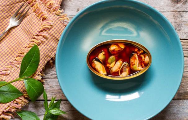 Lata de mejillones en escabeche en un plato