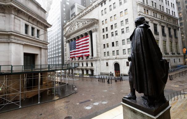 epa08361252 A quiet Wall Street with a view of a statue of George Washington (R) and the New York Stock Exchange in New York, New York, USA, 13 April 2020. Restrictions requiring the shut down of all non-essential businesses are currently in place around the United States to stop the spread of the highly-contagious coronavirus. These restrictions are having massive economic implications and some local and federal politicians are begining to suggest plans for lifting some rules in an effort to get parts of the economy going again; many health officials are worried this will lead to another spike in COVID-19 cases. EPA/JUSTIN LANE