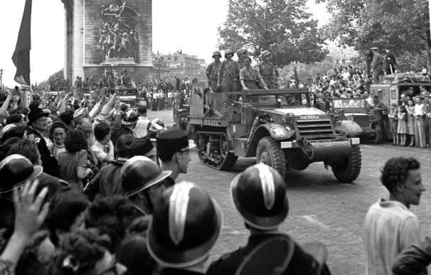 Entrada de un vehículo perteneciente a 'La Nueve' en París tras el dominio nazi.