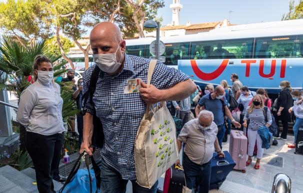 Llegada de los primeros turistas alemanes al Hotel Riu Concordia de Palma este lunes.