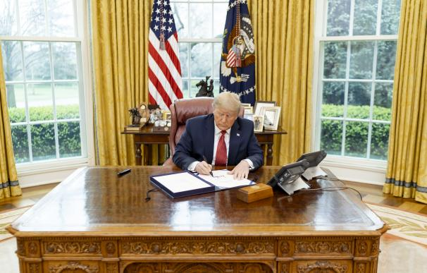 Donald Trump 25 March 2020, US, Washington: US President Donald Trump signs the Supporting Older Americans Act of 2020, in the Oval Office of the White House. Photo: Shealah Craighead/Planet Pix via ZUMA Wire/dpa (Foto de ARCHIVO) 25/3/2020 ONLY FOR USE IN SPAIN