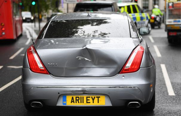 17 June 2020, England, London: The car trunk of UK's Prime Minister Boris Johnson had been damaged after a man ran in front of it while he was leaving the Houses of Parliament. The man, who had been demonstrating about Turkey's operation against Kurdish rebels in northern Iraq, was detained by the police officers and taken into the Palace of Westminster. Photo: Victoria Jones/PA Wire/dpa ONLY FOR USE IN SPAIN 17 June 2020, England, London: The car trunk of UK's Prime Minister Boris Johnson had been damaged after a man ran in front of it while he was leaving the Houses of Parliament. The man, who had been demonstrating about Turkey's operation against Kurdish rebels in northern Iraq, was detained by the police officers and taken into the Palace of Westminster. Photo: Victoria Jones/PA Wire/dpa 17/6/2020 ONLY FOR USE IN SPAIN