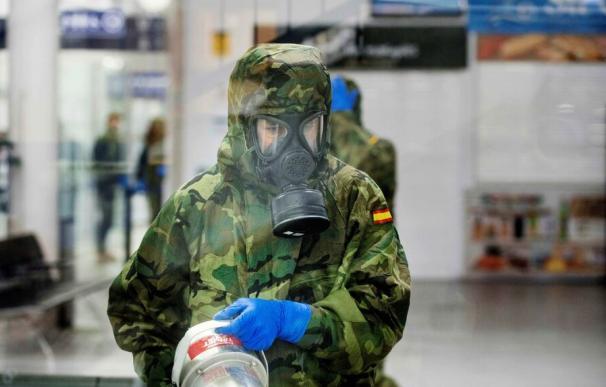 Militar desinfectando instalaciones por el coronavirus
