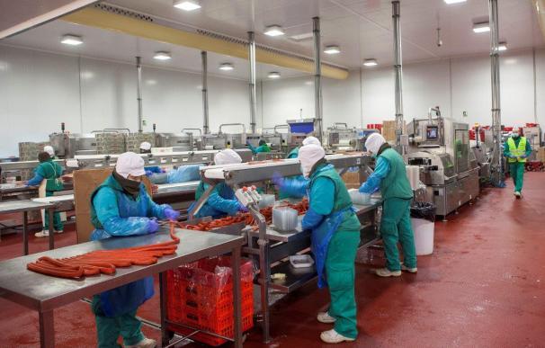 Trabajadores en una planta cárnica durante la pandemia