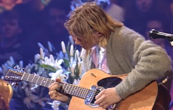 """Kurt Cobain tocando la guitarra, en la famosa grabación de """"Unplugged"""""""