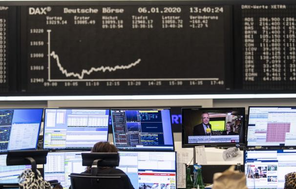 06 January 2020, Hessen, Frankfurt_Main: A stock trader works on the Frankfurt Stock Exchange, as the conflict between the USA and Iran has further unsettled investors in the German stock market. The Dax temporarily slipped below the 13,000 mark, a low for four weeks. Photo: Boris Roessler/dpa ONLY FOR USE IN SPAIN 06 January 2020, Hessen, Frankfurt_Main: A stock trader works on the Frankfurt Stock Exchange, as the conflict between the USA and Iran has further unsettled investors in the German stock market. The Dax temporarily slipped below the 13,000 mark, a low for four weeks. Photo: Boris Roessler/dpa (Foto de ARCHIVO) 6/1/2020 ONLY FOR USE IN SPAIN