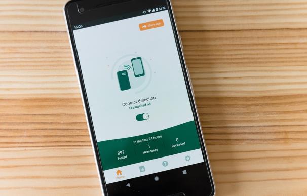 Un móvil con una app de gestión del coronavirus.