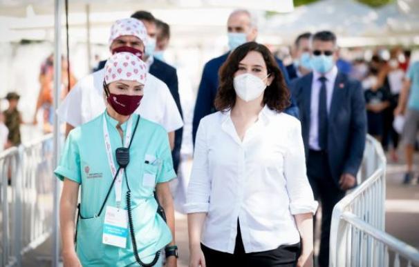 La presidenta de la Comunidad de Madrid, en una visita a un centro hospitalario.