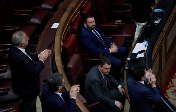 Los diputados del PNV Aitor Esteban y EH Bildu Jon Iñarritu, durante el acto de recuerdo y homenaje a las víctimas del terrorismo que se celebra este sábado en el Congreso.