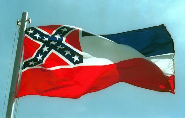 El último vestigio del Viejo Sur: Misisipi borra de su bandera la cruz confederada.