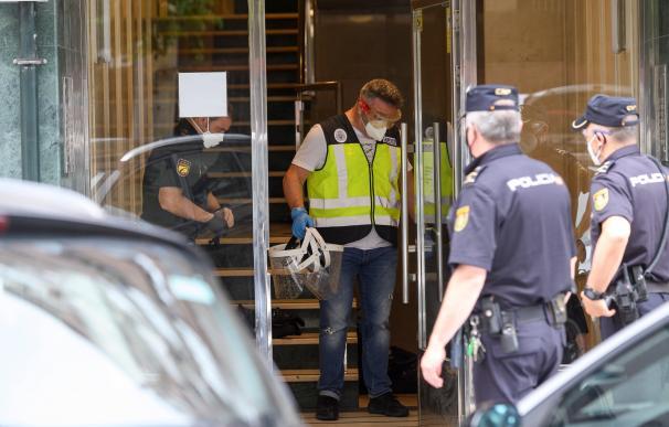 Agentes de la Policía Nacional este domingo en un edificio de Santander puesto en cuarentena