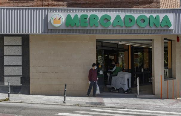 Una tienda de Mercadona en Madrid. La cadena pondrá a la venta a partir del próximo 14 de mayo mascarillas higiénicas no reutilizables en pack de 10 unidades a un precio de venta de seis euros cada uno, bajo la marca Deliplus, con el fin de dar respuesta a una necesidad actual de sus 'Jefes' (clientes), según ha anunciado la compañía, que también amplía su horario un hora más a partir de este lunes, 11 de mayo, desde las 9.00 horas a las 20.00 horas. 08 MAYO 2020;ALIMENTACIÓN;SALUD;COVID-19;CORONAVIRUS;ESTADO DE ALARMA;CRISIS;PANDEMIA (Foto de ARCHIVO) 8/5/2020