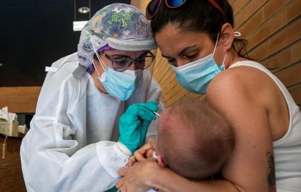 Una sanitaria realiza un test PCR a un niño en un espacio habilitado fuera de un Centro de Salud de la ciudad de Zaragoza - coronavirus