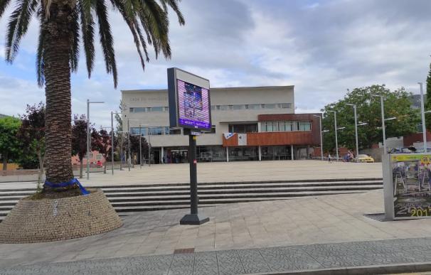 Ayuntamiento de Burela y a su izquierda el centro de salud