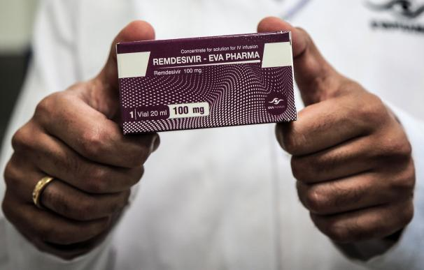 29 June 2020, Egypt, Giza: An employee of Egyptian pharmaceutical company Eva Pharma holds a pack containing vials of Remdesivir, a broad-spectrum antiviral medication approved as a specific treatment for COVID-19, at the company's factory, which started producing the drug this week with a production capacity of up to 1.5 million doses per month. Photo: Fadel Dawood/dpa ONLY FOR USE IN SPAIN 29 June 2020, Egypt, Giza: An employee of Egyptian pharmaceutical company Eva Pharma holds a pack containing vials of Remdesivir, a broad-spectrum antiviral medication approved as a specific treatment for COVID-19, at the company's factory, which started producing the drug this week with a production capacity of up to 1.5 million doses per month. Photo: Fadel Dawood/dpa 29/6/2020 ONLY FOR USE IN SPAIN