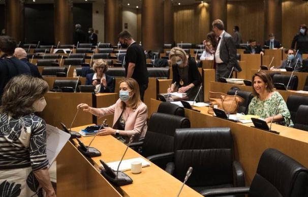 Los diputados de varios grupos debaten en la Comisión para la Reconstrucción en el Congreso.