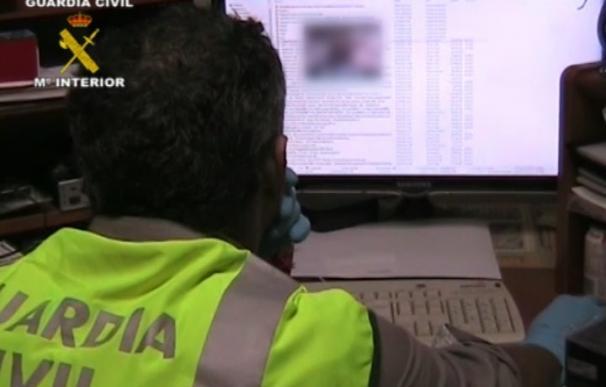 Un agente de la Guardia Civil observa una pantalla de ordenador Un agente de la Guardia Civil observa una pantalla de ordenador (Foto de ARCHIVO) 16/11/2017