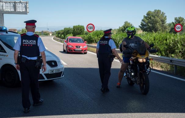 Dos mossos efectúan un control hoy en Segrià (Cataluña).