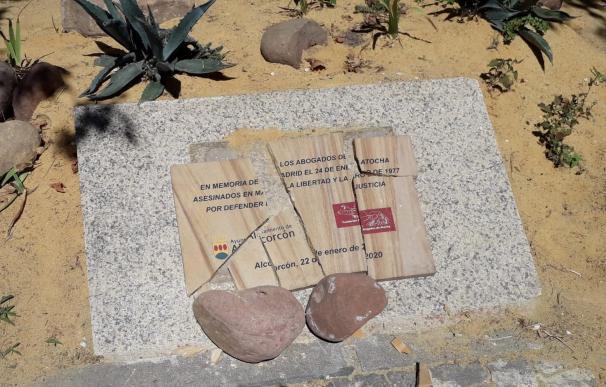 Destrozan la placa de homenaje a los Abogados de Atocha en la localidad de Alcorcón (Madrid) Placa destrozada en homenaje a los Abogados de Atocha en Alcorcón. 6/7/2020