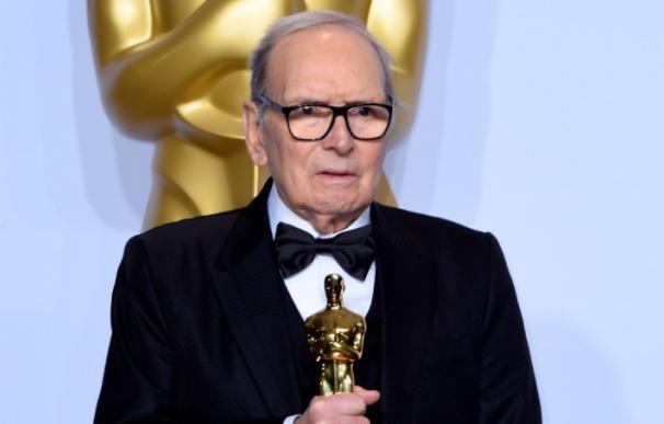 Ennio Morricone recibe el Oscar en 2016.