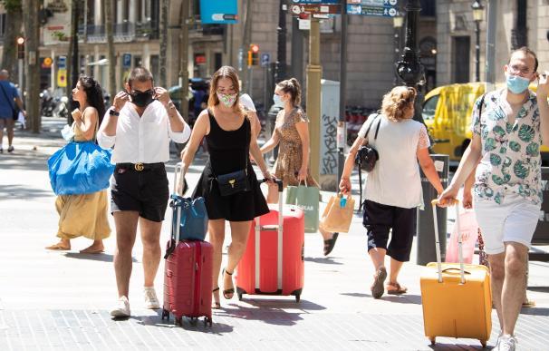 Un grupo de visitantes en las Ramblas, este lunes, cinco días después de la apertura de fronteras tras el estado de alarma, aunque solo un poco más del 10% de los hoteles de Barcelona están abiertos.