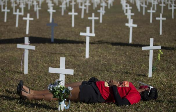 Centenares de cruces son instaladas como homenaje a las víctimas de covid-19 este domingo, en la Explanada de los Ministerios de Brasil, en Brasilia (Brasil).