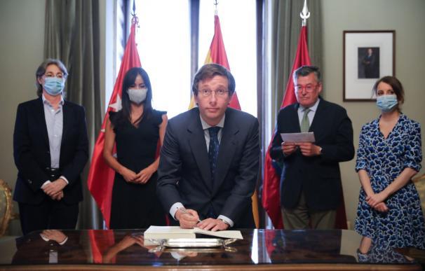 Almeida rubrica los Pactos de la Villa de Madrid Almeida rubrica los Pactos de la Villa de Madrid 7/7/2020