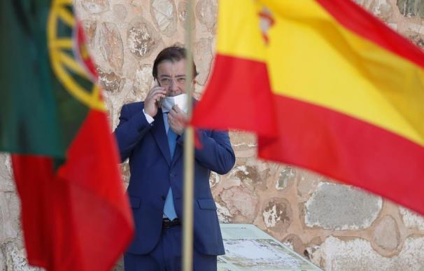 El presidente de Extremadura, Guillermo Fernández Vara habla por teléfono durante el acto oficial de la reapertura, tras tres meses y medio cerradas por el coronavirus, de la fronteras entre España y Portugal