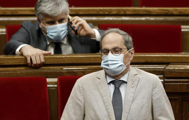 El presidente de la Generalitat, Quim Torra, junto al diputado de JxCat, Albert Batet (i), durante el pleno celebrado este miércoles