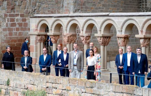 El rey Felipe VI y la reina Letizia durante su visita al monasterio viejo de San Juan de la Peña en Jaca,