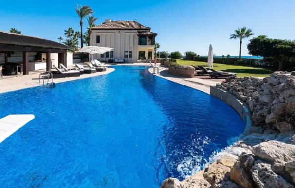 Una villa en Marbella con acceso directo a la playa.