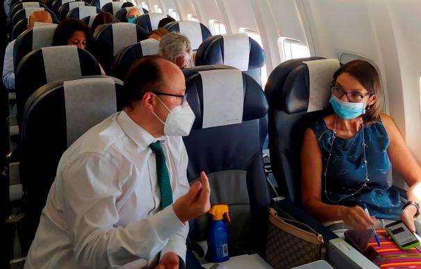 La ministra de Industria, Comercio y Turismo, Reyes Maroto (d), conversa con su director de Gabinete, Juan Ignacio Díaz Bidart (i), durante su viaje a Las Palmas de Gran Canaria,