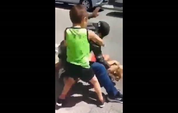 Las imágenes de la agresión de un hombre a su expareja delante de su hijo pequeño en una calle de Eibar