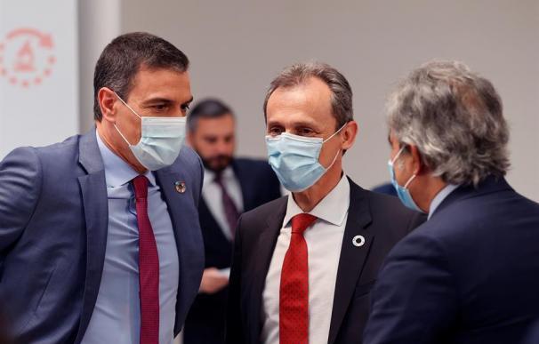 El presidente del Gobierno, Pedro Sánchez (i), y el ministro de Ciencia, Pedro Duque (c), conversan durante el lanzamiento, este jueves, del Plan para reforzar el Sistema de Ciencia, Tecnología e Innovación en España