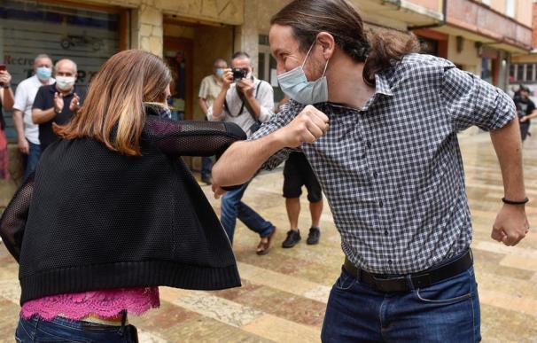 El secretario general de Podemos y vicepresidente segundo del Gobierno, Pablo Iglesias (d), se ha reunido este viernes en Durango (Bizkaia) con la candidata a lehendakari de Elkarrekin Podemos-IU, Miren Gorrotxategi (i)