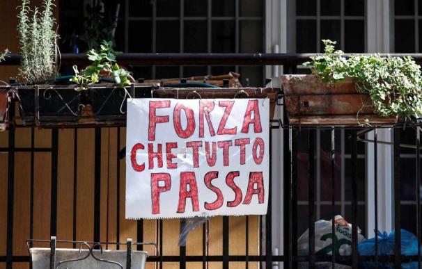 "Un mensaje cuelga de un balcón en Roma: ""Fuerza, que todo pasa"""