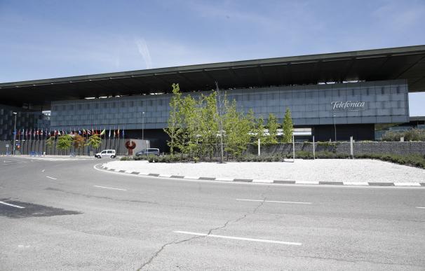 Vista exterior del edificio de la sede de Telefónica, situado en la Ronda de la Comunicación de Madrid.