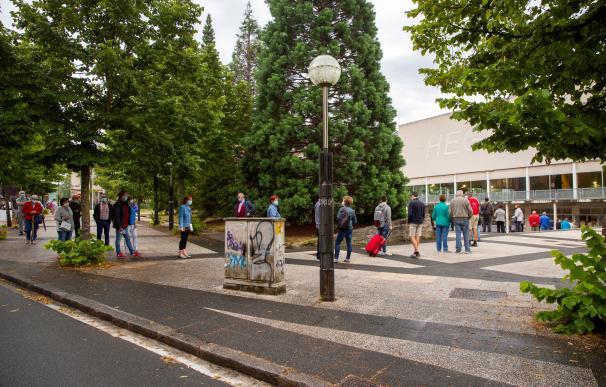 Colas para votar en Vitoria este domingo, durante la jornada electoral en Euskadi que ha comenzado a las 9:00 horas al abrirse los colegios electorales para recibir a los votantes