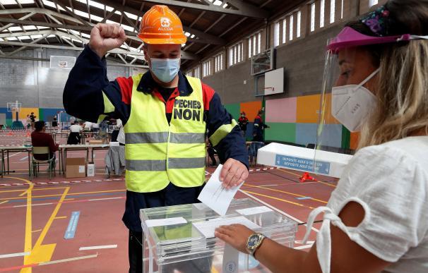 Un trabajador de ALCOA vota en un colegio electoral de Burela (Lugo), este domingo con motivo de las elecciones autonómicas.