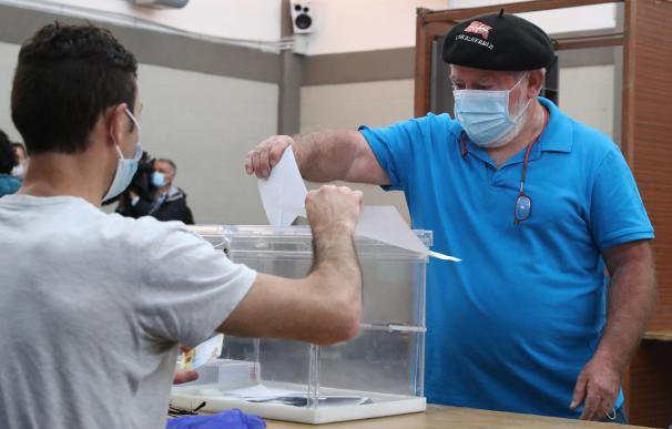 Un ciudadano en el momento de votar en una mesa electoral en la localidad vizcaína de Durango