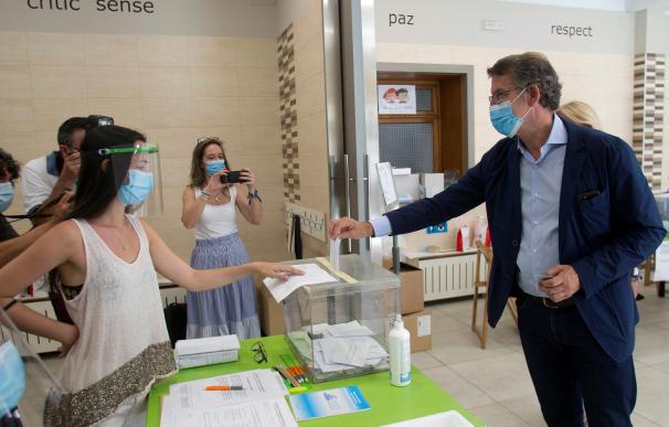 El actual presidente de la Xunta de Galicia y candidato por el Partido Popular, Alberto Núñez Feijóo, ejerce su derecho al voto en el colegio Niño Jesús de Praga, en Vigo