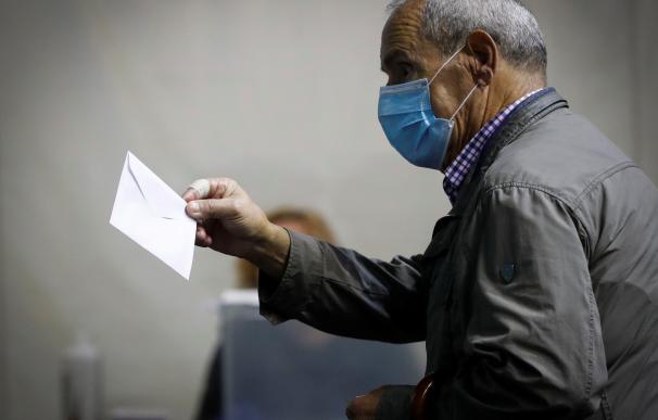 Un hombre vota este domingo en un colegio electoral de Ordizia (Guipuzkoa)