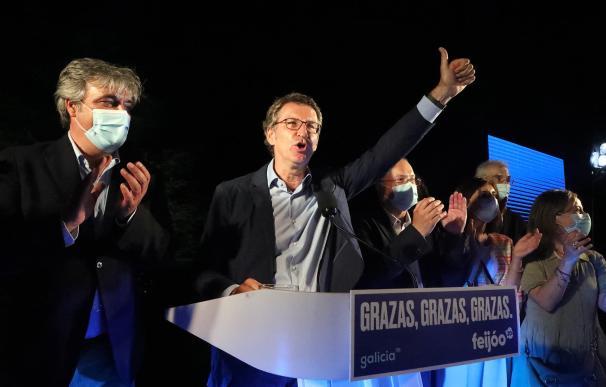 El presidente de la Xunta, Alberto Núñez Feijóo, tras revalidar su cuarta mayoría absoluta, esta noche en un hotel de Santiago de Compostela