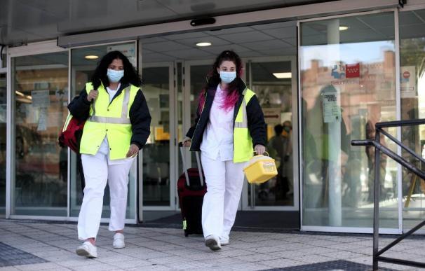 Dos sanitarias salen del centro de salud para realizar estudios de seroprevalencia en domicilios