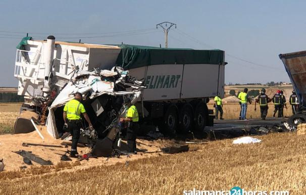 Mueren dos conductores en un choque de camiones en Macotera (Salamanca)