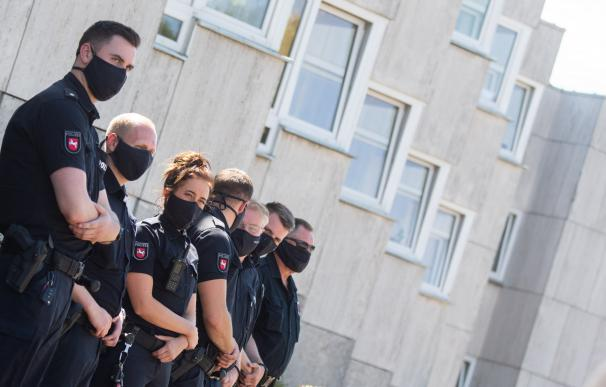 policías alemanes mascarilla coronavirus Policías alemanes en una visita del presidente de Baja Sajonia, Stephan Weil, en Wolfsburgo 13/7/2020 ONLY FOR USE IN SPAIN